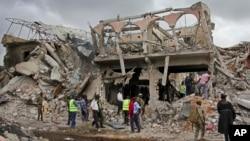 ກໍາລັງປ້ອງກັນຄວາມສະຫງົບຂອງໂຊມາເລຍ ແລະຄົນອື່ນໆ ພາກັນຊອກຫາຊາກສົບຂອງຜູ້ເສຍຊີວິດຢູ່ໃກ້ໆອາຄານ ທີ່ ຫັກພັງຢູ່ສະຖານທີ່ ທີ່ມີລະເບີດແຕກຂຶ້ນ ໃນວັນເສົາຜ່ານມາ ຢູ່ໃນນະຄອນຫລວງ Mogadishu ຂອງ Somalia ໃນວັນທີ 15 ຕຸລາ, 2017.