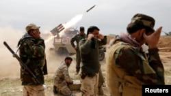 Члены шиитского ополчения ведут огонь по позициям боевиков «Исламского государства» у города аль-Алам недалеко от Тикрита. 9 марта 2015 г.