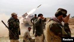 Các chiến binh Hồi giáo Shia phóng rocket trong cuộc giao tranh với nhóm Nhà nước Hồi giao trong thành phố al-Alam, 9/3/15