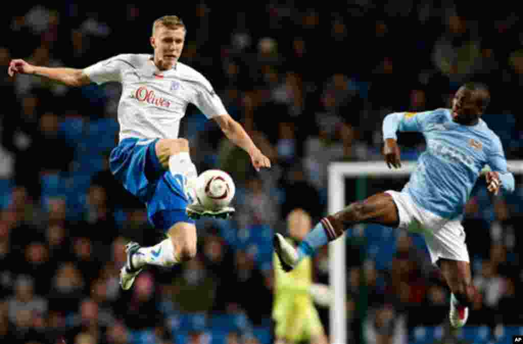 Manchester City's Shaun Wright-Phillips, right, vies for the ball against Lech Poznan's Kamil Drygas during their Europa League soccer match at the City of Manchester Stadium, Manchester, England, Thursday Oct. 21, 2010. (AP Photo/Tim Hales)