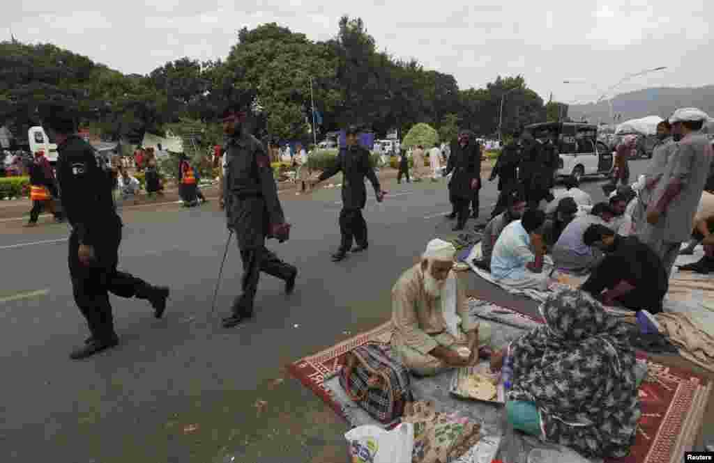 شاہراہ دستور اور اس کے گردونواح کا علاقہ عام دنوں میں غیر متعلقہ افراد کے لیے ممنوع ہوتا ہے لیکن ان دنوں یہاں ملک کے مختلف شہروں سے دھرنے میں شریک لوگ موجود ہیں۔