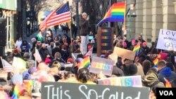 En la marcha de Nueva York predominó la bandera multicolor que representa a la comunidad LGTB. (Foto Celia Mendoza).
