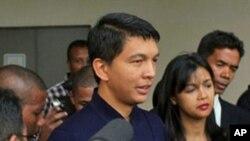 Shugaban kasar Madagascar Andy Rajoelina yake magana da manema labarai bayan ya jefa kuri'a a zaben raba gardama kan tsarin mulkin kasar.