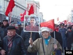 2012年11月7日,俄罗斯共产党人手举斯大林像莫斯科游行纪念十月革命 (美国之音白桦)