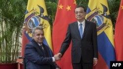 El primer ministro de China, Li Keqiang (D), recibió al presidente de Ecuador, Lenin Moreno, antes de su reunión en el Gran Palacio del Pueblo en Beijing.