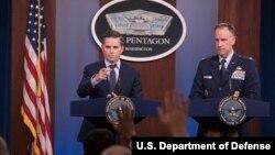 جاناتان هافمن (نفر سمت چپ) از سخنگویان وزارت دفاع آمریکا، پنتاگون - آرشیو