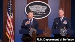 Juru bicara Pentagon atau Departemen Pertahanan AS, Jonathan Hoffman dan juru bicara staf gabungan Kolonel AU Patrick S. Ryder, dalam konferensi pes di Pentagon, Washington, 19 September 2019. (Foto: Departemen Pertahanan AS)