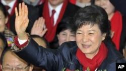 Presiden terpilih Park Geun-hye melambaikan tangan pada pendukung di ibu kota Seoul (19/12). (AP/Kim Jae-hwan)
