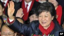 19일 치러진 한국 대통령 선거에서 당선이 확정된 박근혜 새누리당 후보가, 당사에서 당직자들과 지지자들의 축하를 받고 있다.