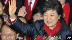 19일 치러진 한국 대통령 선거에서 당선이 확정된 박근혜 새누리당 후보가, 당사에서 축하를 받고 있다.