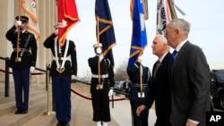 El secretario de Defensa de EE.UU., Jim Mattis (izq.), recibe al vicepresidente Mike Pence en el Pentágono, el 19 de diciembre de 2018.