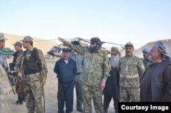 Tolibonga qarshi amaliyotga Afg'oniston Vitse-prezidenti general Abdulrashid Do'stum (markazda, yuzi o'ralgan) yetakchilik qilmoqda.