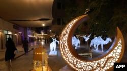 Dekorasi lentera tradisional dan bulan sabit dipasang dan dinyalakan di distrik Seef Dubai menjelang bulan suci puasa Ramadhan, 11 April 2021. (Foto: AFP/Giuseppe Cacace)