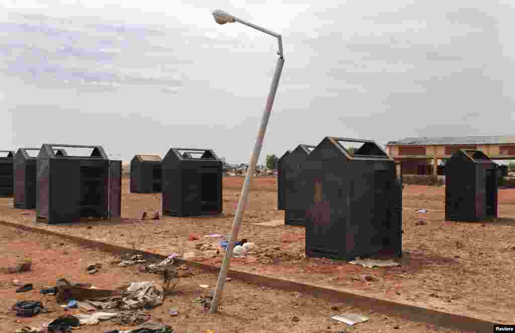 27일 말리 콘나에서 반군이 철수한 지역에 버려진 사물함들.