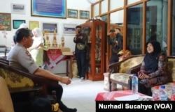 Kapolda DIY Irjen Pol Asep Suhendar menemui Kepala SMP N Turi Tutik Nurdiana, Sabtu, 22 Februari 2020. (Foto: VOA/Nurhadi Sucahyo)