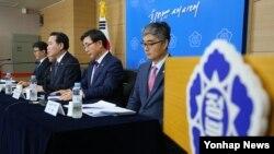 한국 정부 관련부처 장·차관들이 13일 서울 세종로 정부서울청사에서 '14일 민중총궐기 투쟁대회' 불법행위 엄정 대응 공동담화을 발표하고 있다.