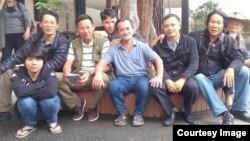 'Trùm' dư luận viên Trần Nhật Quang (thứ tư từ trái sang) chụp ảnh với các nhà hoạt động xã hội và bất đồng chính kiến hôm 11/10.