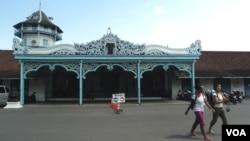 Para turis tidak dapat masuk ke Keraton Solo karena adanya konflik internal keluarga Keraton (26/8). (VOA/Yudha Satriawan)