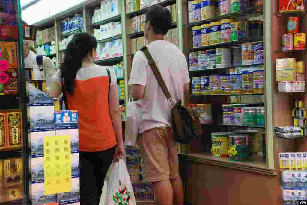 很多大陸自由行旅客到香港藥房購買進口奶粉