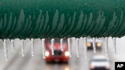 El tráfico se mueve lentamente sobre una autopista cubierta de hielo en Dallas, Texas.