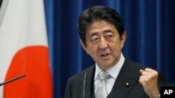 아베 신조 일본 총리가 3일 도쿄 총리관저에서 가진 기자회견에서 발언하고 있다. 아베 정부는 이 날 3차 내각을 출범했다.