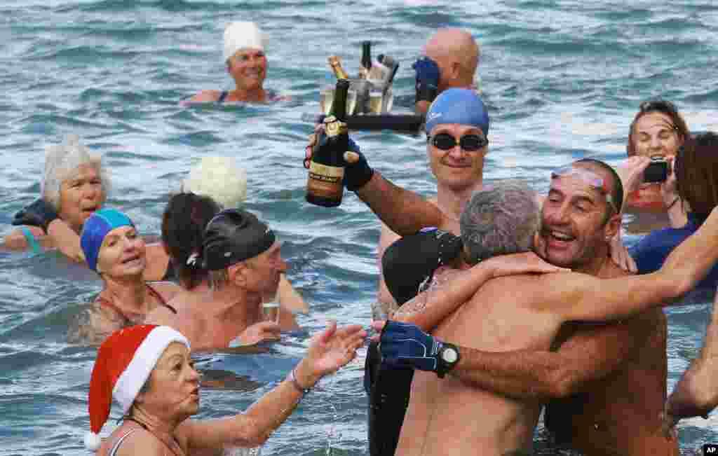 Энтузиасты из клуба моржей «Белые медведи» празднуют наступление Нового года. Биарриц, Франция