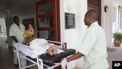 Wafanyakazi wa huduma katika hospitali ya Muhimbili wakipokea wagonjwa baada ya madaktari kugoma.
