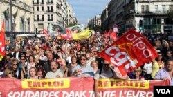 Ribuan warga di kota Marseille, Perancis selatan kembali turun ke jalan untuk menentang pengunduran usia pensiun, 2 Oktober 2010.