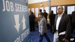 지난 4월 미 오레곤주 포틀랜드에서 취업박람회를 찾은 구직자들.