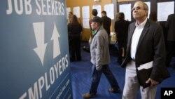 Un desempleado busca trabajo en una feria de empleo en Portland, Oregón.