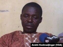 Dingamnayal Nely Versinis, président du collectif tchadien contre la vie chère arrêté torturé puis relâché en fin de matinée à N'Djamena, le 25 janvier 2018. (VOA/André Kodmadjingar)