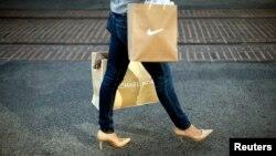 Žena se vraća iz kupovine u Los Anđelesu, gde hladna zima i loši vremenski uslovi nisu pokvarili ugođaj