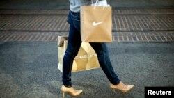 """De compras en un """"mall"""" de Los Ángeles, cuando aumenta la demanda del consumidor."""