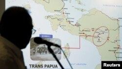 Menteri Pekerjaan Umum dan Perumahan Rakyat Basuki Hadimuljono menunjukkan peta Provinsi Papua dalam konferensi pers mengenai penyerangan terhadap pekerja konstruksi di Papua, diduga oleh kelompok separatis, Selasa, 4 Desember 2018. Setidaknya 24 pekerja dilaporkan tewas.