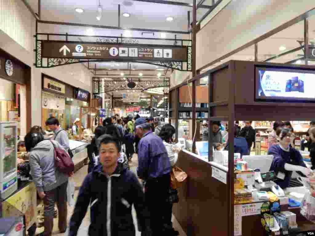 日本一個高速公路休息站商場擠滿遊客。(美國之音湯惠芸攝)