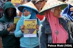Sejumlah petani dari beberapa daerah di Jawa Timur menuntut pemerintah selesaikan sengketa agraria yang mengakibatkan hilangnya lahan garapan petani dan rakyat(foto VOA-Petrus Riski)