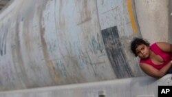 Ảnh tư liệu - Một bé gái di dân đợi chuyến tàu chở hàng đến biên giới Hoa Kỳ ở Ixtepec, Mexico, ngày 12 tháng 7 năm 2014.