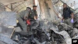 Cảnh sát Nigeria tại hiện trường sau vụ nổ bom tự sát