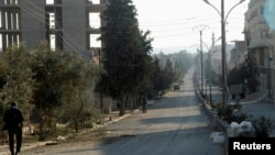 Binh sĩ chính phủ Syria trên con đường qua núi Qalamoun tại thị trấn Qara sử dụng để vận chuyển vũ khí hóa học.