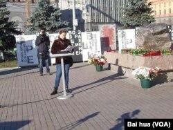 宣读政治迫害遇难者的姓名,每份名单有5名遇难者 (美国之音白桦拍摄)