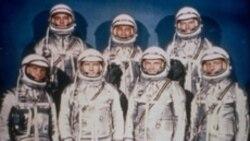7 phi hành gia đầu tiên. Từ trái, hàng đầu Walter Schirra Jr., Donald Slayton, John Glenn and Scott Carpenter. Hàng nhì: Alan Shepard, Jr., Virgil Grissom and Gordon Cooper