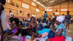 Para pengungsi Haiti yang terlantar di negaranya sendiri berkumpul di dalam salah satu tempat penampungan di Port-au-Prince, Haiti, pada 8 Juni 2021. (Foto: UNHaiti via AP/Boulet-Groulx)