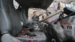 خوردروی حامل ماموران پلیس که در پیشاور با بمب برخورد کرد. پاکستان ۱۱ اوت ۲۰۱۱