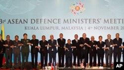 말레이시아에서 4일 열린 동남아시아국가연합, 아세안 확대 국방장관회의에서 각 국 대표들이 손을 맞잡고 기념사진 촬영을 하고 있다.