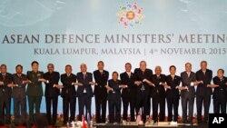 Các bộ trưởng quốc phòng ASEAN chụp hình lưu niệm tại Hội nghị ở Kuala Lumpur, Malaysia, ngày 4/11/2015. Một số nước thành viên ASEAN, nhất là Campuchia, không muốn trực tiếp đả kích Trung Quốc hay cùng với các nước khác hô hào cho việc thực hiện những cuộc đàm phán đa phương để giải quyết vụ tranh chấp Biển Đông.