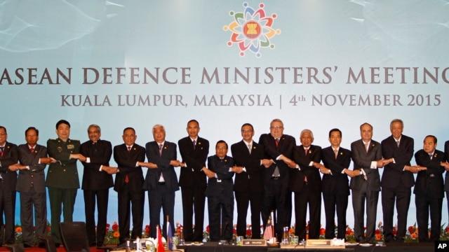 Các bộ trưởng quốc phòng ASEAN chụp hình lưu niệm tại Hội nghị ở Kuala Lumpur, Malaysia, ngãy 4/11/2015.