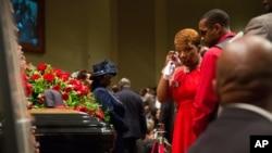 مادر مایکل براون در کنار تابوت فرزندش در کلیسا - سنت لوئیس، میزوری، سوم شهریور