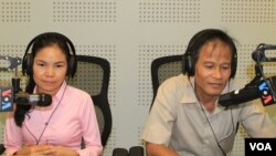 """Mr. Chea Mony, president of the Free Trade Union in Cambodia and Ms. Ngak Savoeun, a representative of garment workers in F.Y Factory, join a discussion on the impact of the Asean Economic Integration on Cambodia's garment industry during VOA Khmer's """"Asean Corner"""" (Hello VOA) radio call-in show on Thursday, July 2, 2015 in Phnom Penh. (Lim Sothy/VOA Khmer)"""