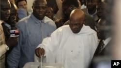 ປະທານາທິບໍດີ Abdoulaye Wade ປ່ອນບັດໃນໜ່ວຍປ່ອນບັດແຫ່ງນຶ່ງ ໃນກຸງ Dakar, ເຊເນກາລ. ວັນທີ 25 ມີນາ 2012.
