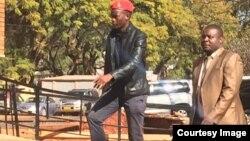 FILE: UObey Sithole (ophambili emfanekisweni lo) ungena emthwethwandaba eHarare.